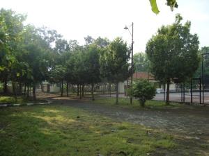 Fasilitas lapangan tenis lapangan dengan lingkungan yang asri