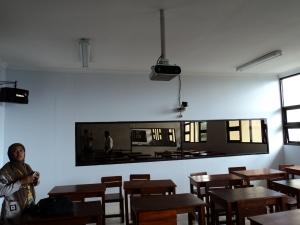 Murfatimah, S.Pd, M.Pd sedang mengamati fasilitas Lab Micro Teaching