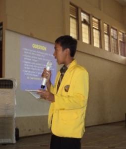 Salah seorang peserta seminar mengajukan pertanyaan