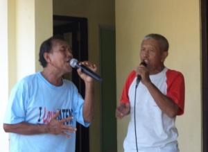 Duet Bapak Ali dan Bapak Ristanto,menyanyikan lagu pop daerah