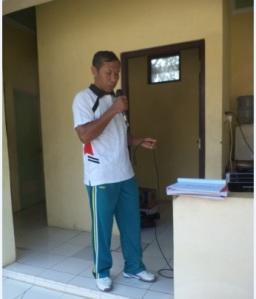 Pak Junaedi, sedang melantunkan lagu pop nostalgia : Aryati ... dalam irama pop bosas