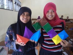 Mahasiswa rombel 1C memperagakan produk yang dibuat