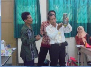 Drs. Daroni, M.Pd sedamg mendemonstrasikan penggunaan alat sederhana untuk penjernihan air