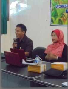 Tri Astuti, M.Pd dan Moh. Fathurrohman, M.Sn sedang tutorial tentang konsep media pembelajaran di sekolah dasar